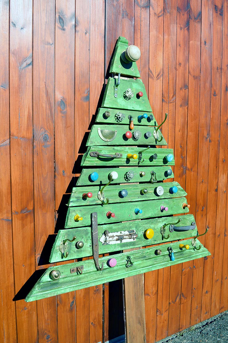 DIY Wooden Christmas Decorations  Unique DIY Wooden Christmas Tree With Knobs Pillar