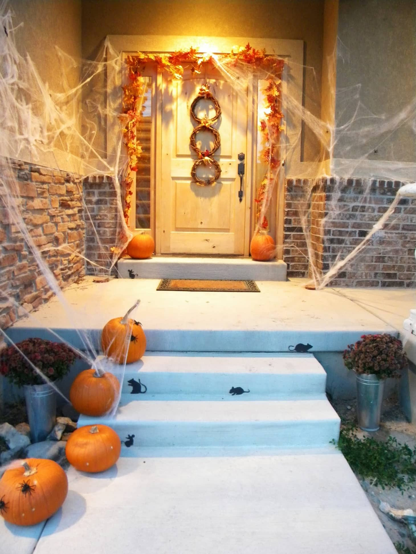 Porch Decorated For Halloween  Clever Easy Halloween Porch Decorating Ideas